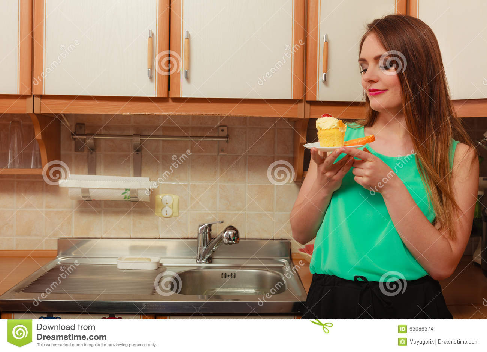Download Femme Mangeant Le Gâteau Doux Délicieux Gluttony Photo stock - Image du mangez, orange: 63086374