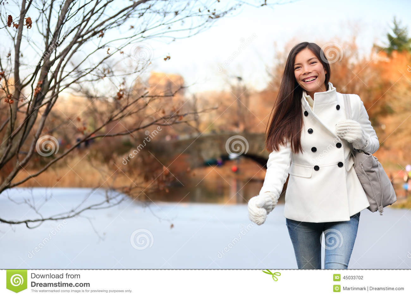 Femme marchant dans Central Park, New York City