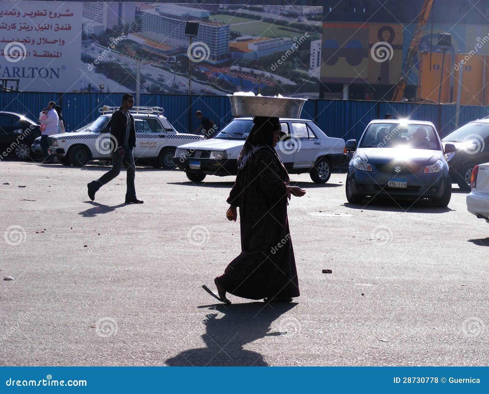 Femme marchant dans le grand dos de tahrir