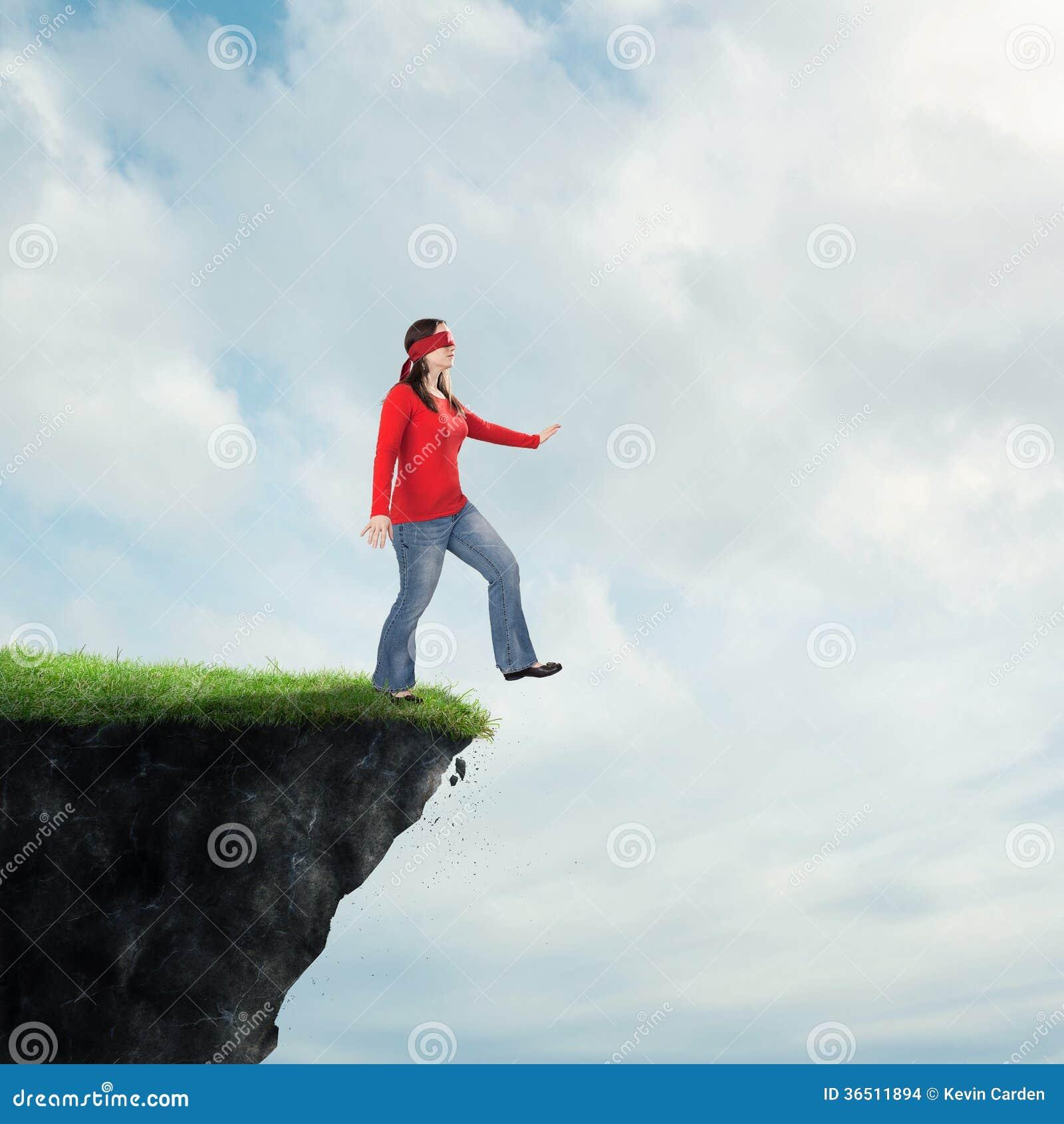Femme marchant outre de la falaise