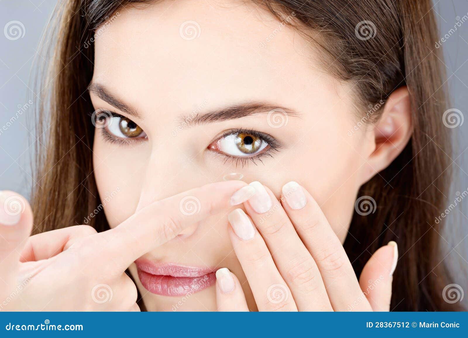 Femme mettant le verre de contact