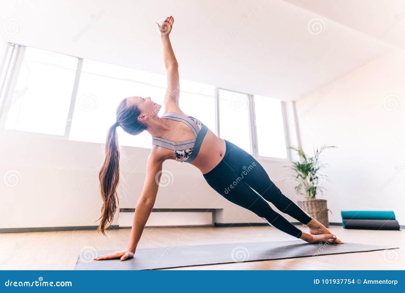 Femme Mince Faisant La Pose Laterale De Yoga De Planche Photo Stock Image Du Exercice Lifestyle 101937754