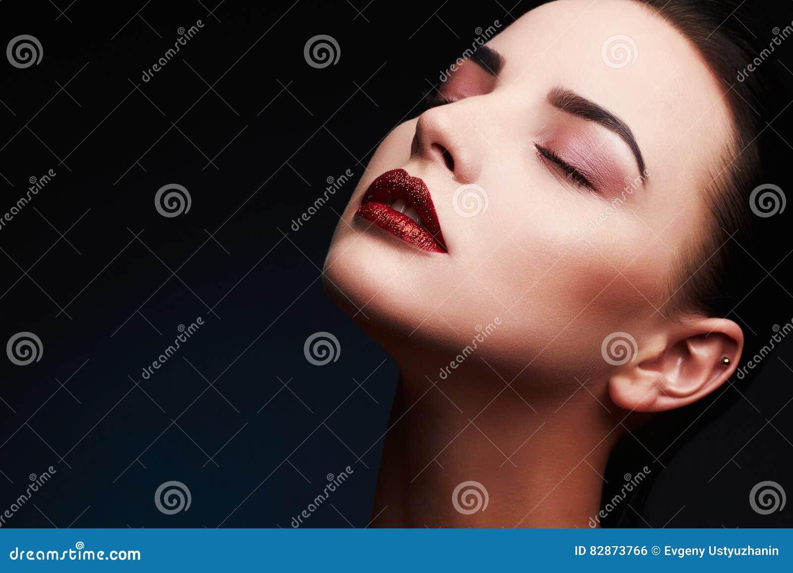 Femme modèle de beauté Belle Madame magnifique Portrait de charme Languettes sexy Maquillage rouge de lèvres de beauté
