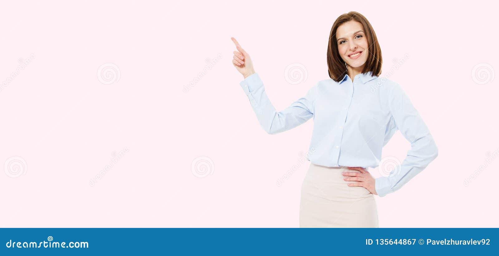 Femme moderne dirigée sur le fond rose, l espace de copie