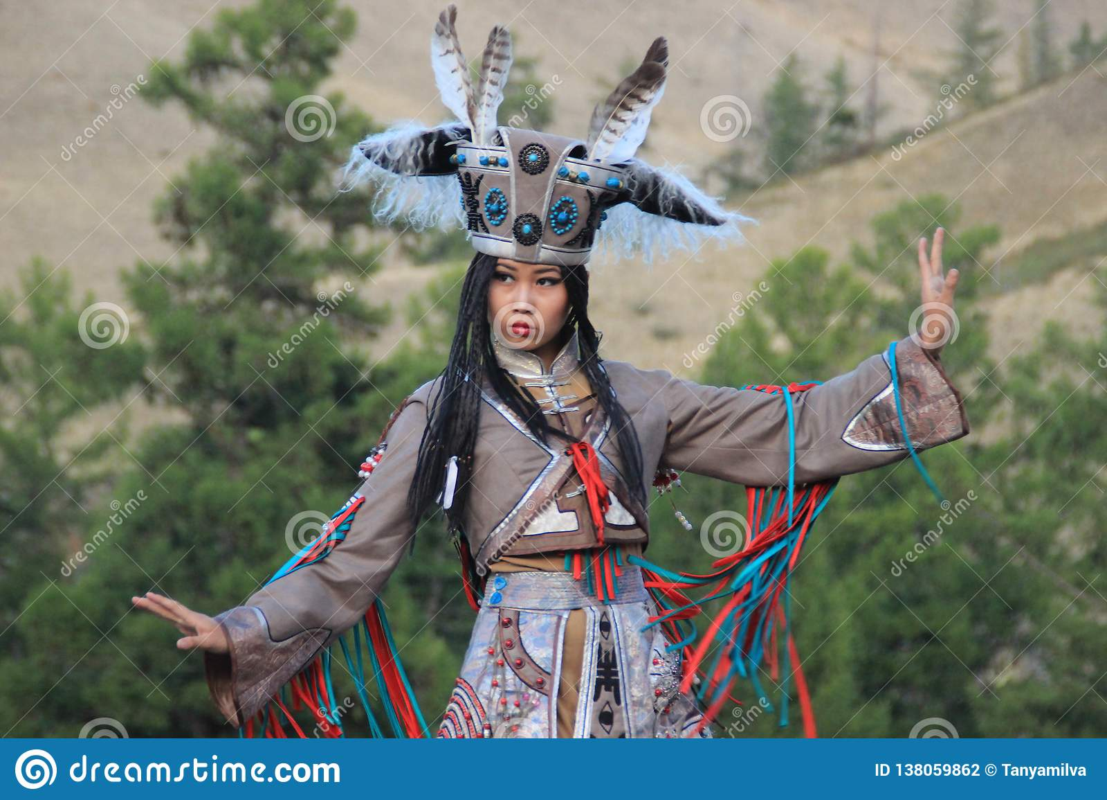 Femme mongole dans des danses de costume de chaman et de sorcière sur l étape dans les montagnes Danses folkloriques de Tyva