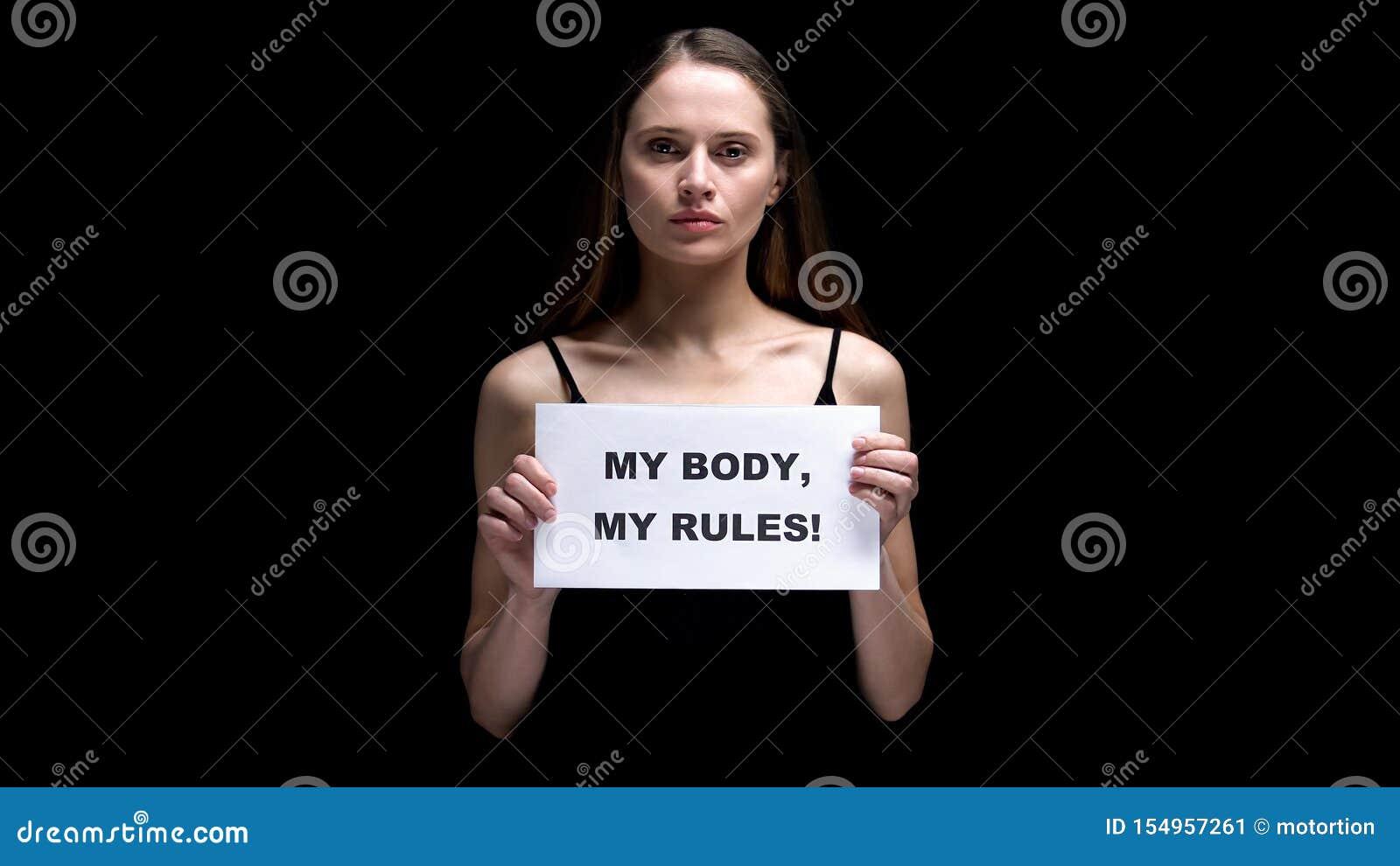 Femme montrant mon corps que mes règles signent, acceptant différentes imperfections, liberté