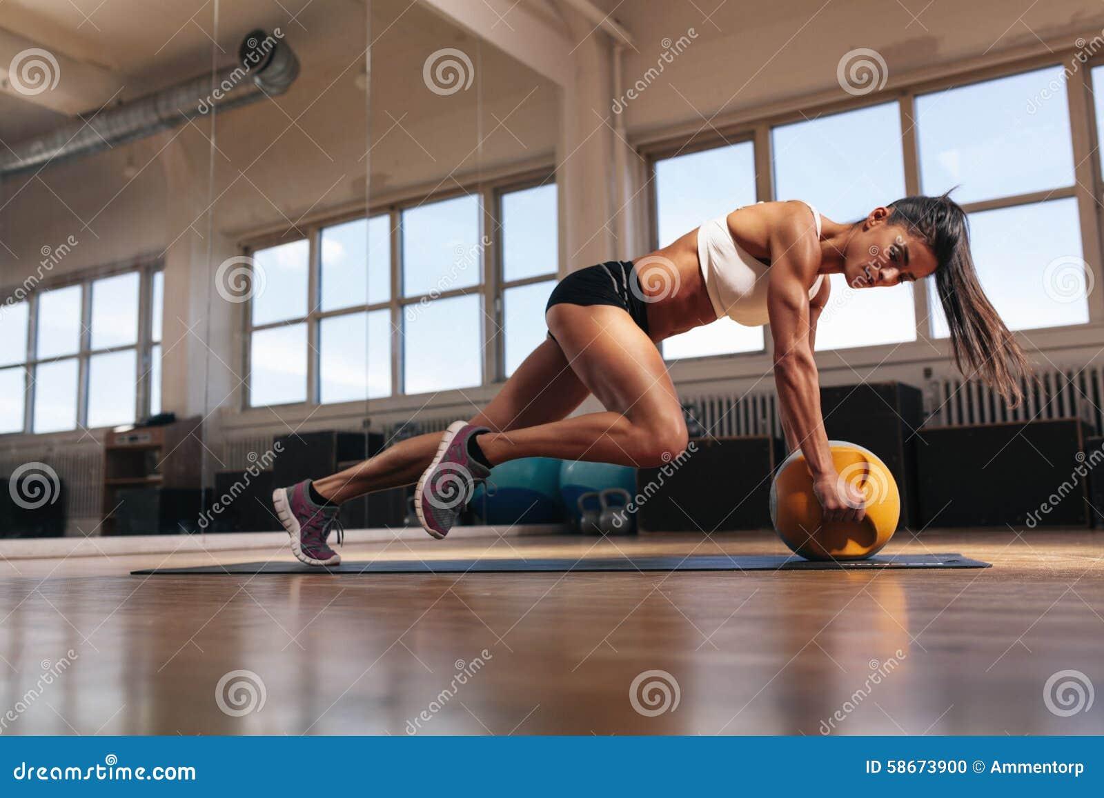 Femme musculaire faisant la séance d entraînement intense de noyau