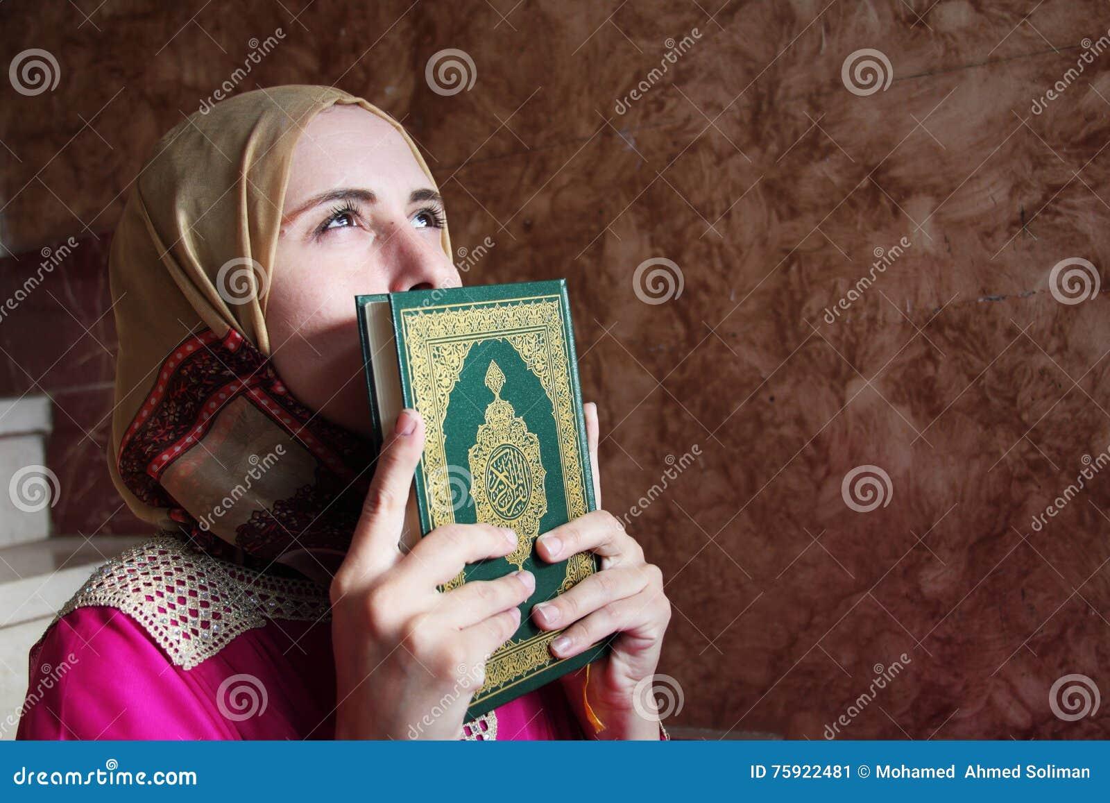 Femme Musulmane Arabe Avec Livre Sacre De Koran Image Stock