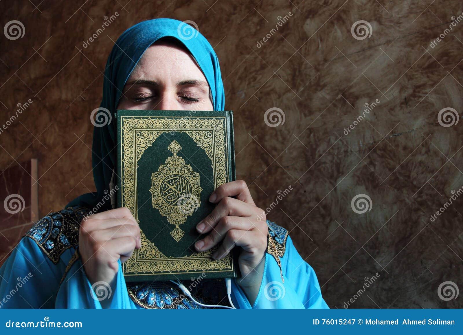 Femme Musulmane Arabe Avec Livre Sacre Et Le Casque