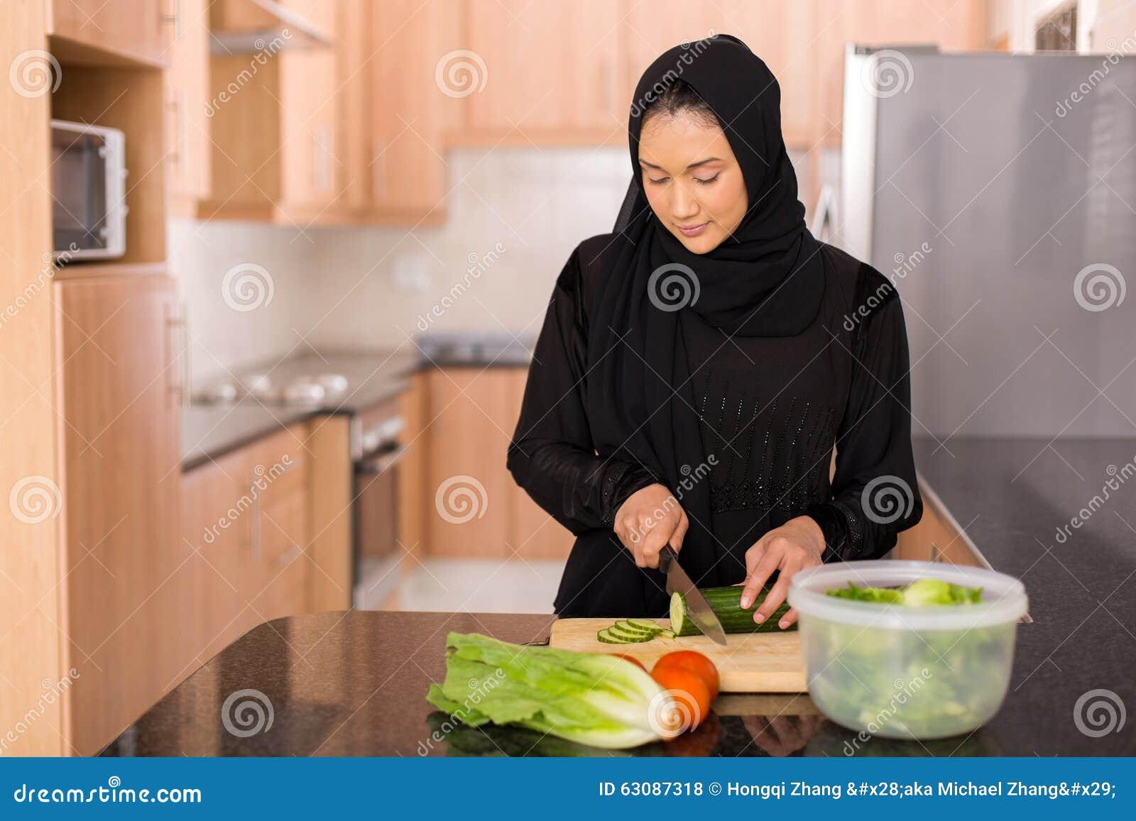Download Femme Musulmane Coupant Des Légumes Photo stock - Image du sain, vert: 63087318