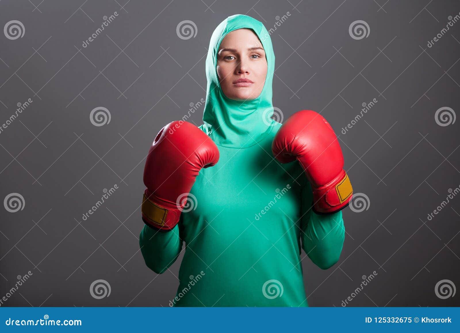 Pour ou contre le hijab de sport de Decathlon ? - Page 3 Femme-musulmane-d-athl%C3%A8te-s%C3%A9rieux-de-boxe-en-hijab-vert-ou-ps-islamique-125332675