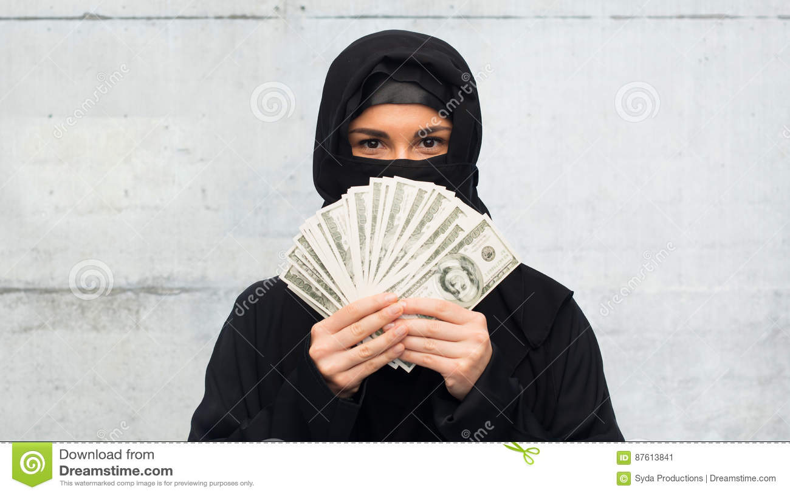 Femme musulmane dans le hijab avec l argent au-dessus du blanc
