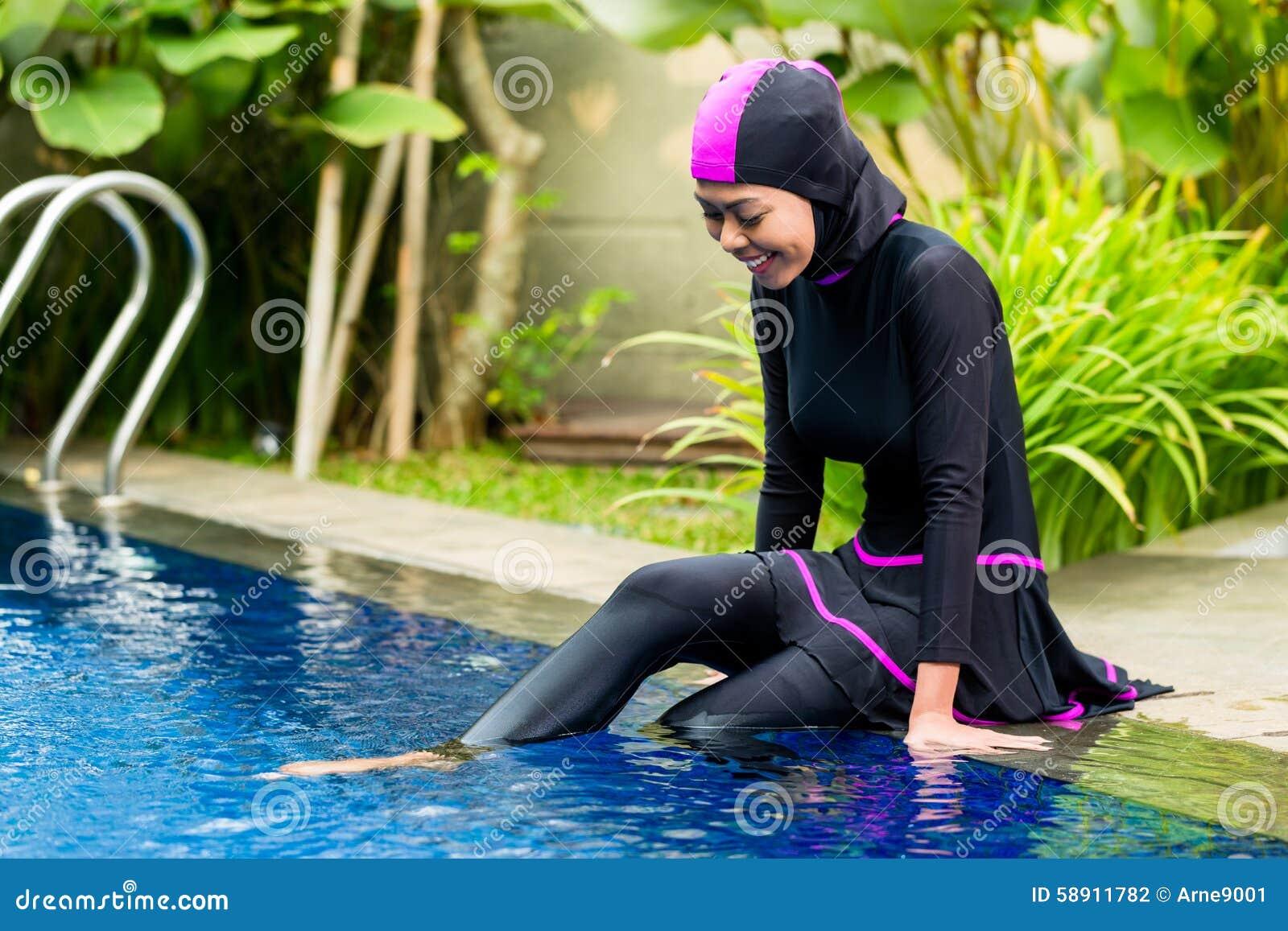 femme musulmane portant des v tements de bain de burkini la piscine photo stock image 58911782. Black Bedroom Furniture Sets. Home Design Ideas