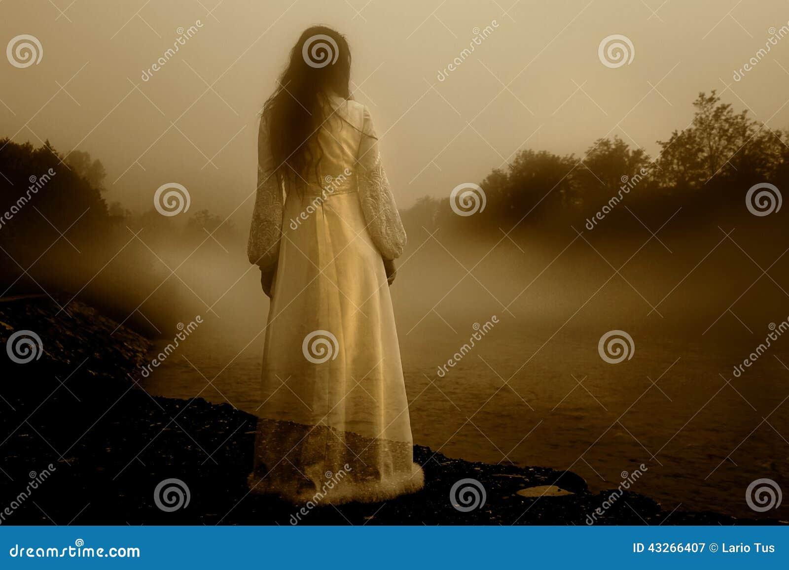 Femme mystérieuse dans la brume