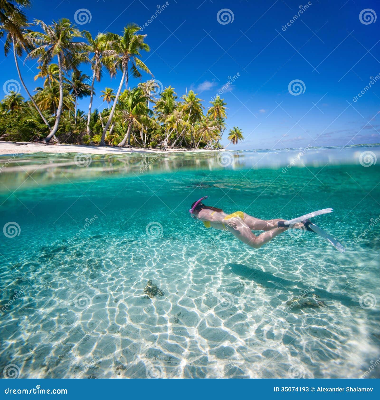 femme nageant sous l 39 eau image stock image du plage 35074193. Black Bedroom Furniture Sets. Home Design Ideas
