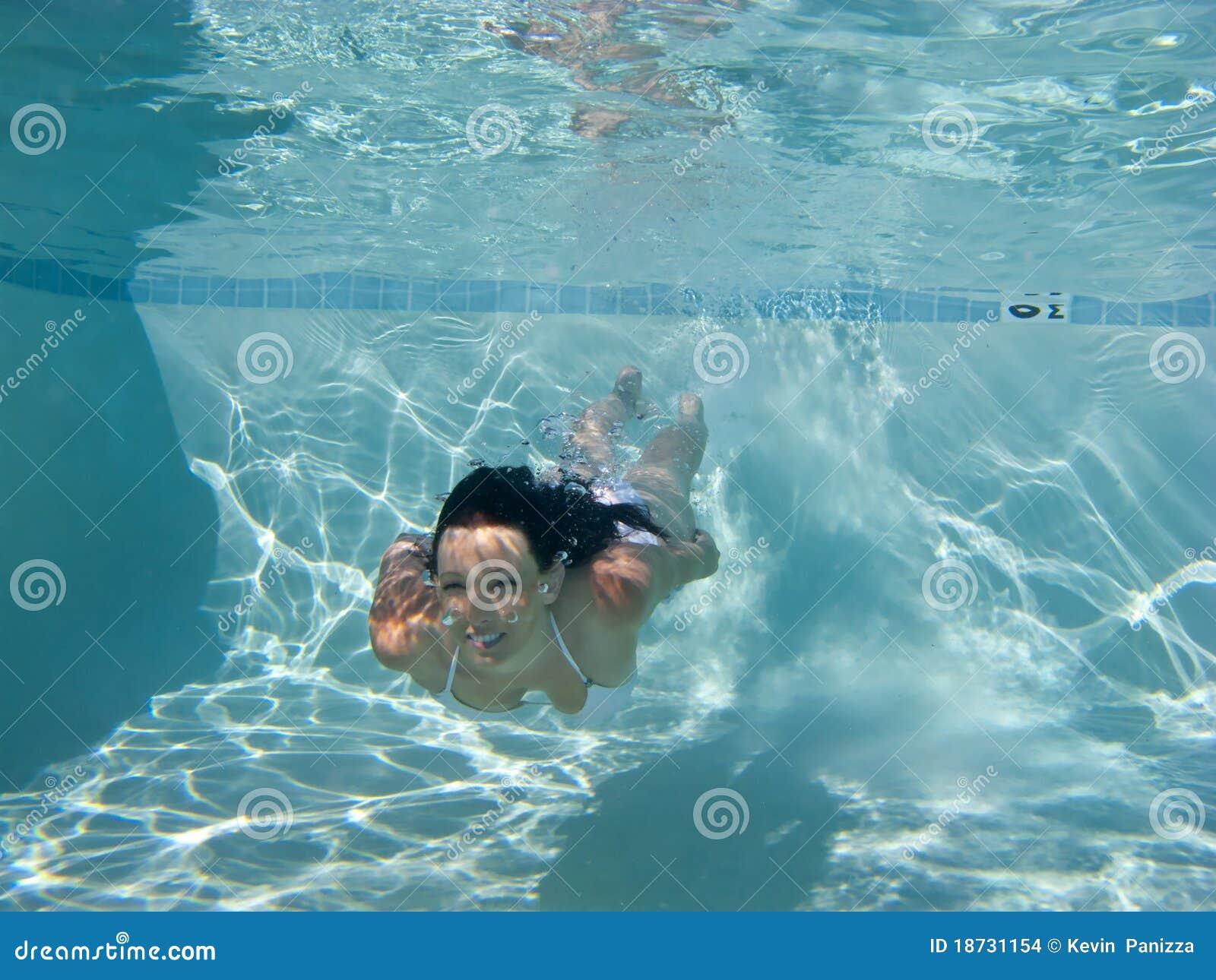 femme nageant sous l 39 eau dans un regroupement photo stock image du sant marin 18731154. Black Bedroom Furniture Sets. Home Design Ideas