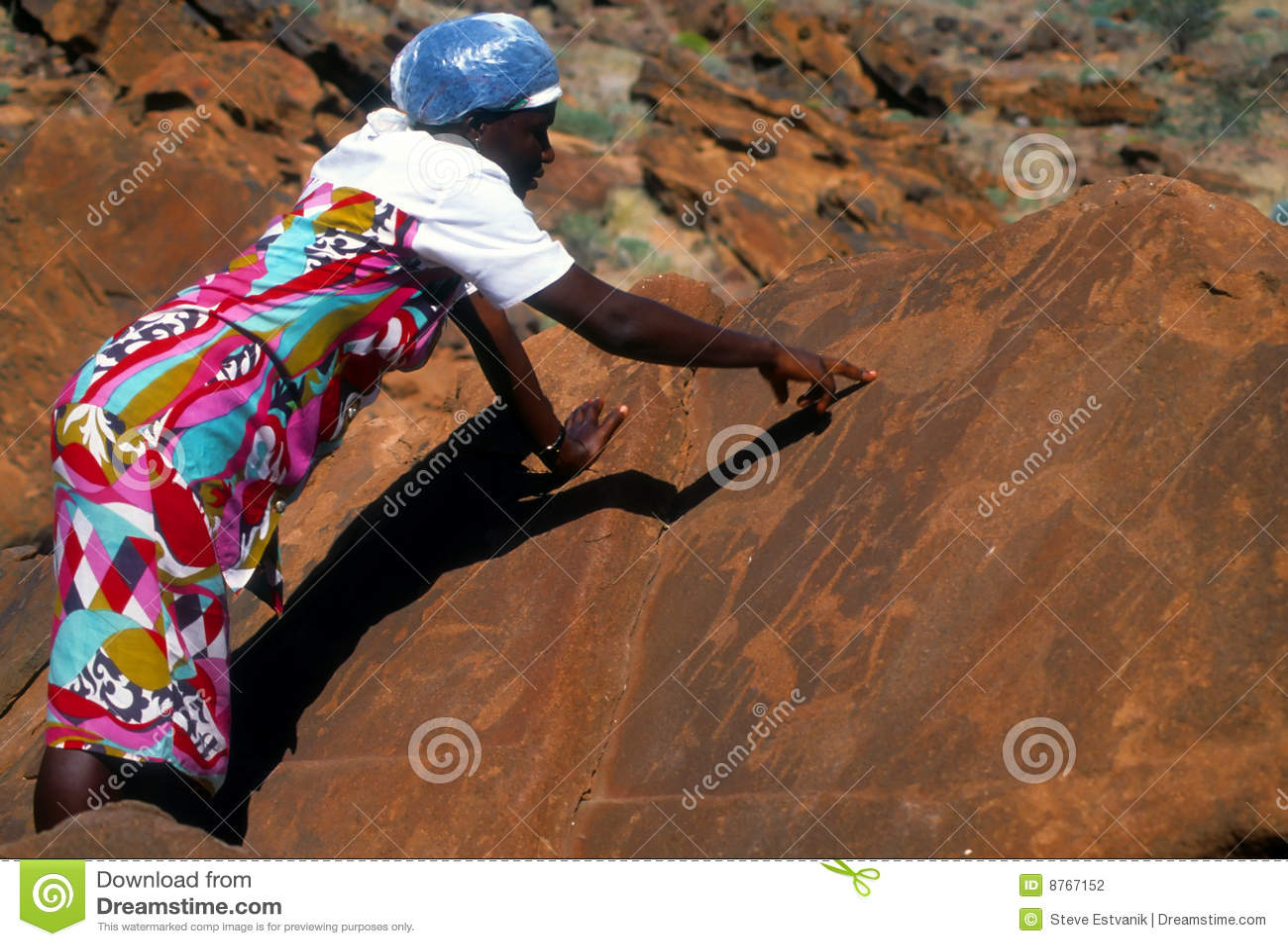 Femme namibien affichant les découpages préhistoriques