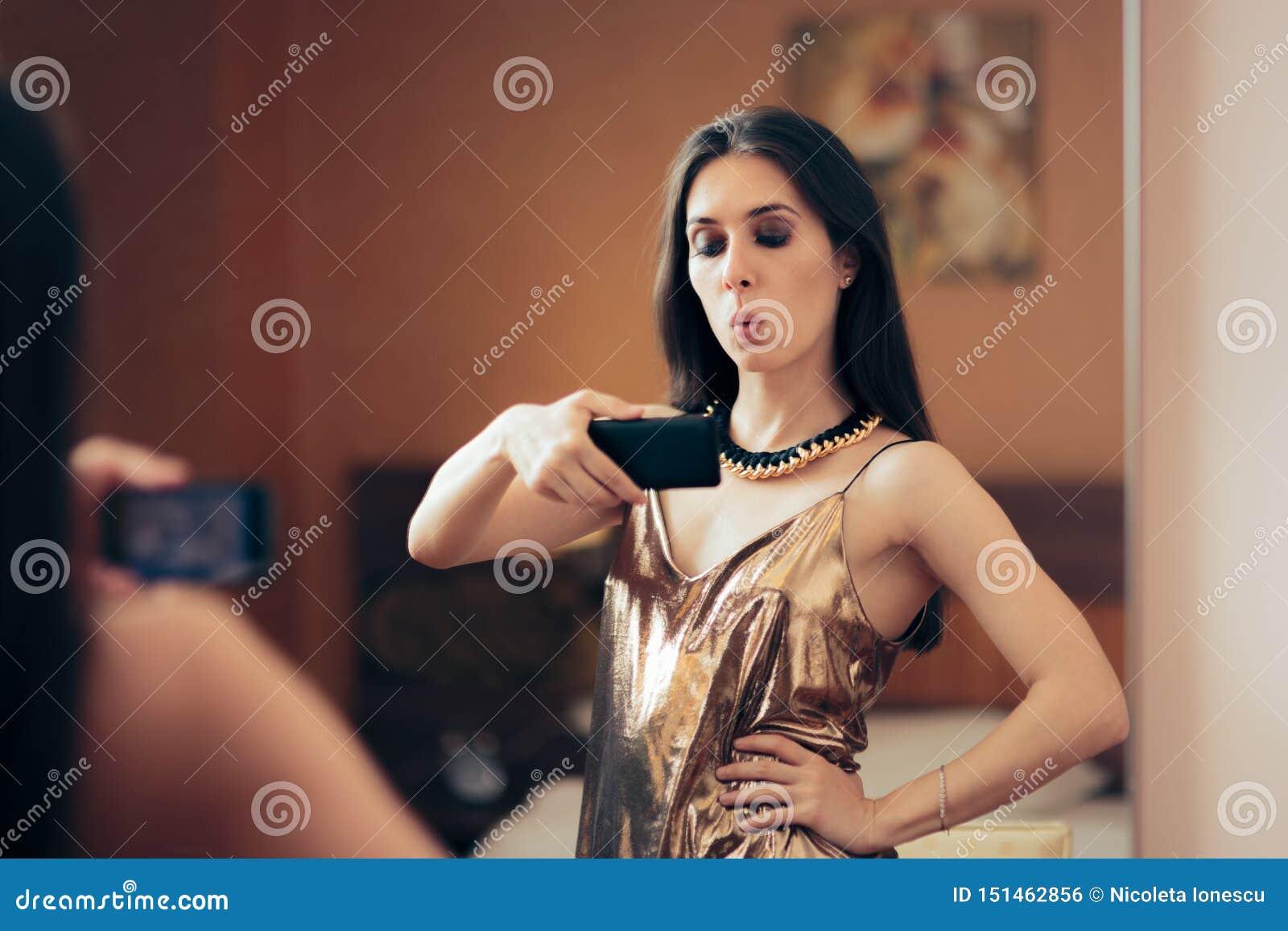 Femme narcissique prenant un Selfie dans le miroir