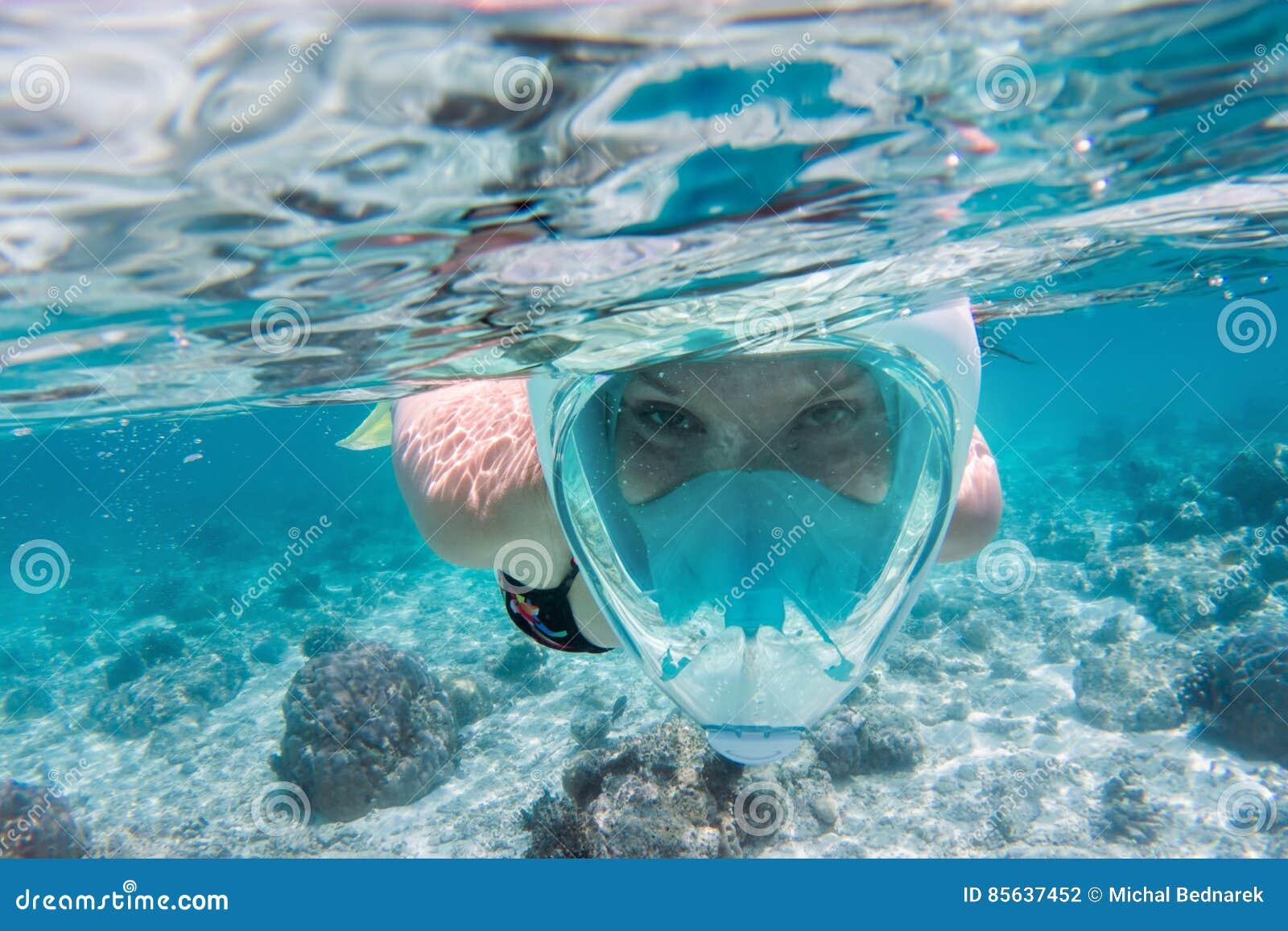 Femme naviguant au schnorchel sous l eau dans l Océan Indien, Maldives
