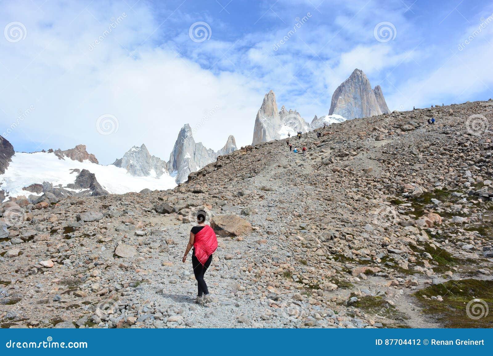 Femme non identifiée se baladant à l intérieur du parc national de Glaciares, EL Chaltén, Argentine