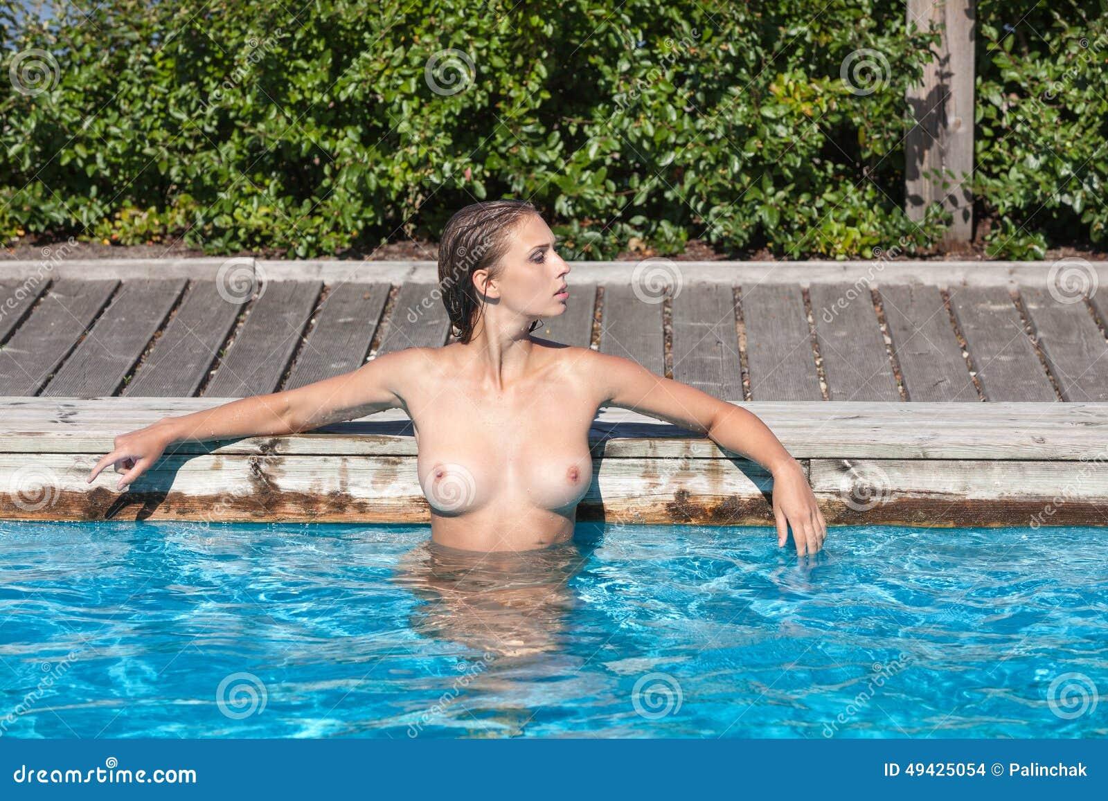 Filles nues dans la piscine