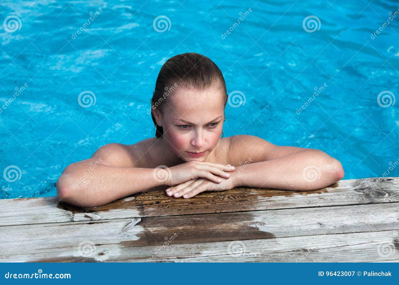 Femme Nue Piscine femme nue dans la piscine image stock. image du vacances - 96423007