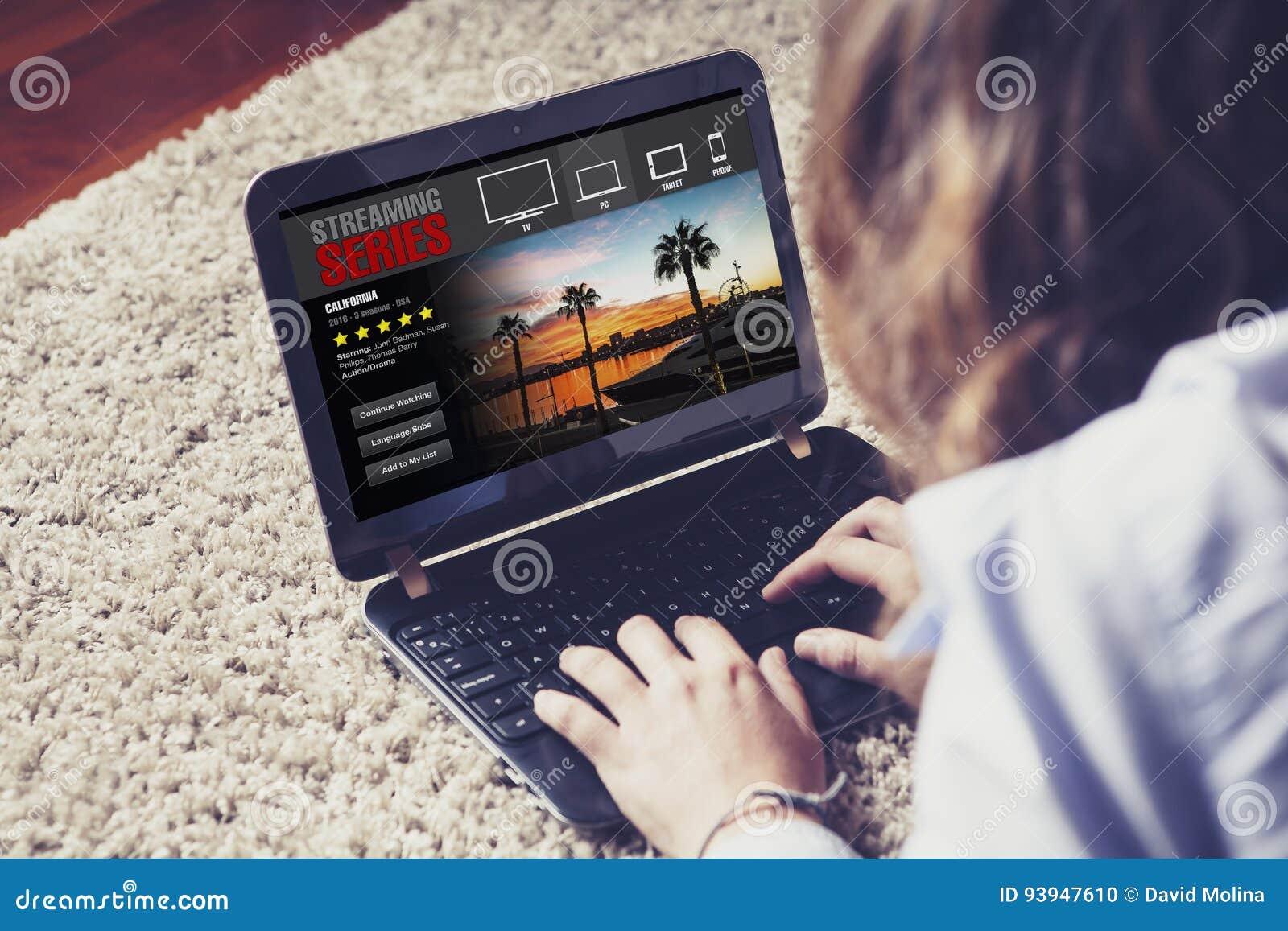 Femme observant coulant la série dans un ordinateur portable