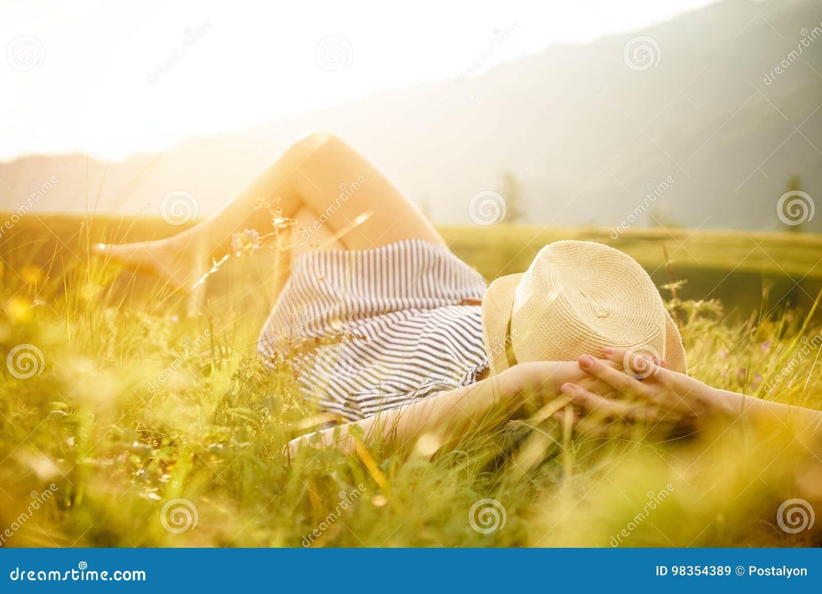 Femme observant le coucher du soleil Sérénité et relaxation