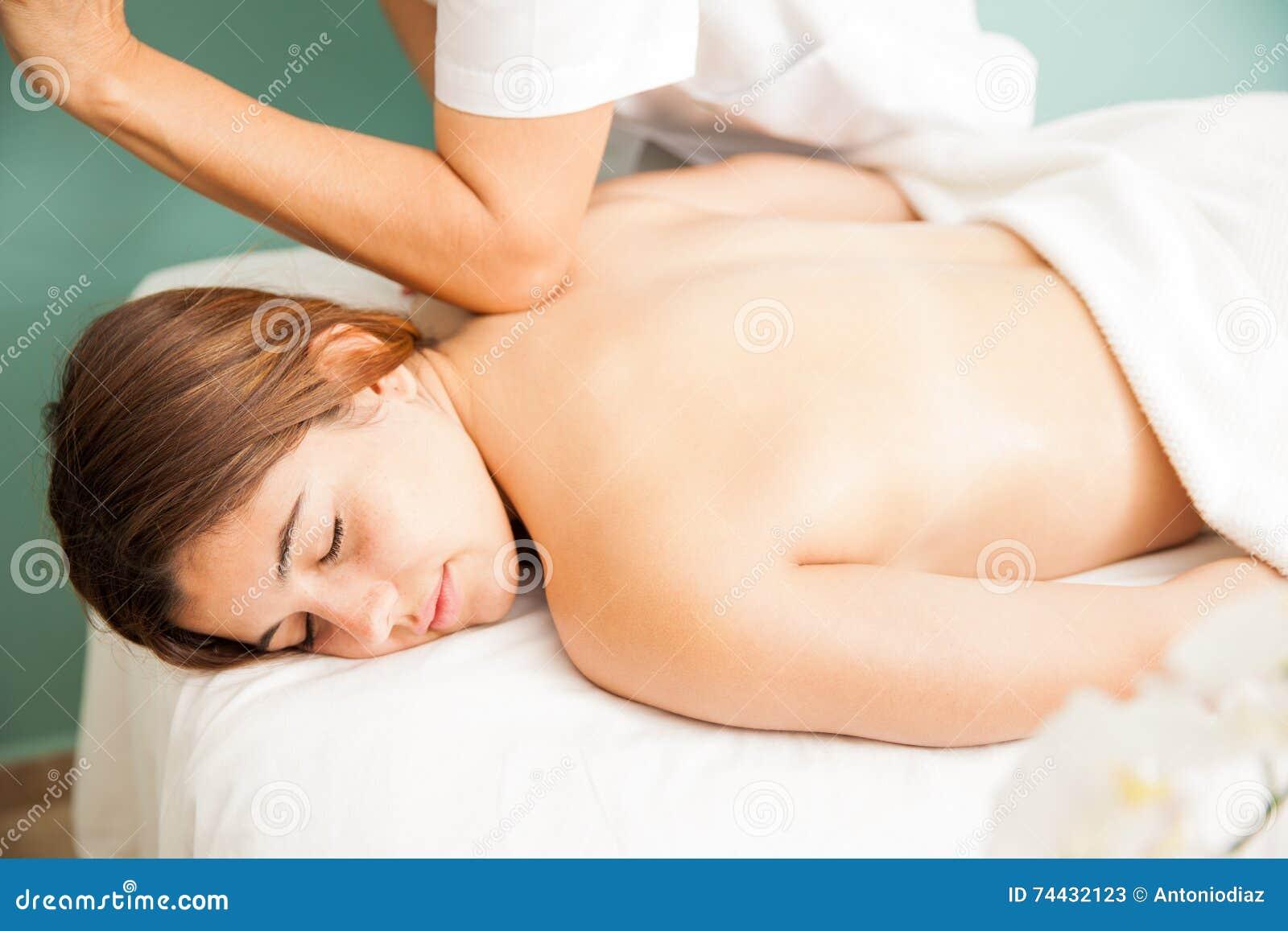 Femme obtenant un massage profond de tissu