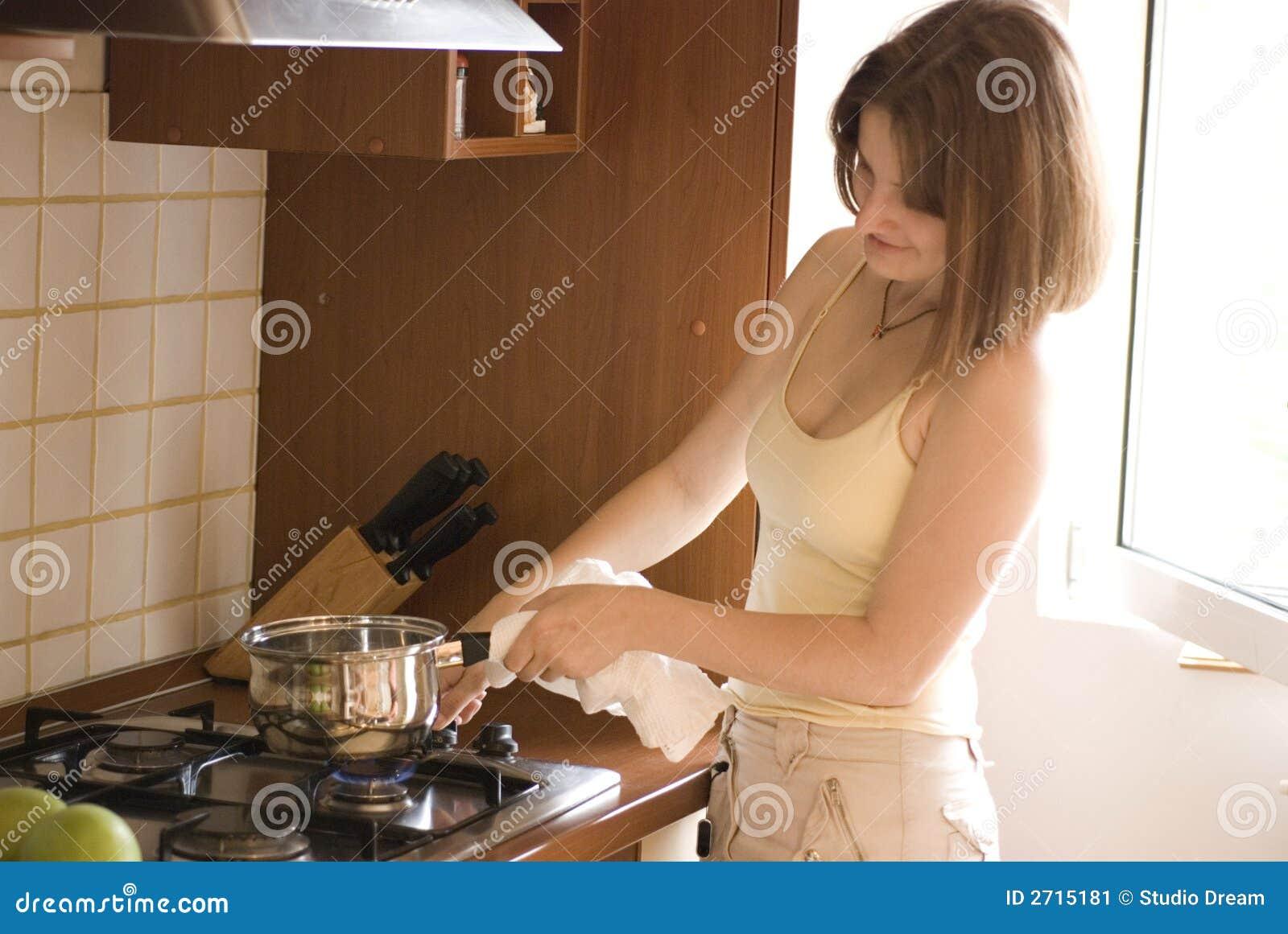 Femme occasionnel faisant cuire sur le poêle