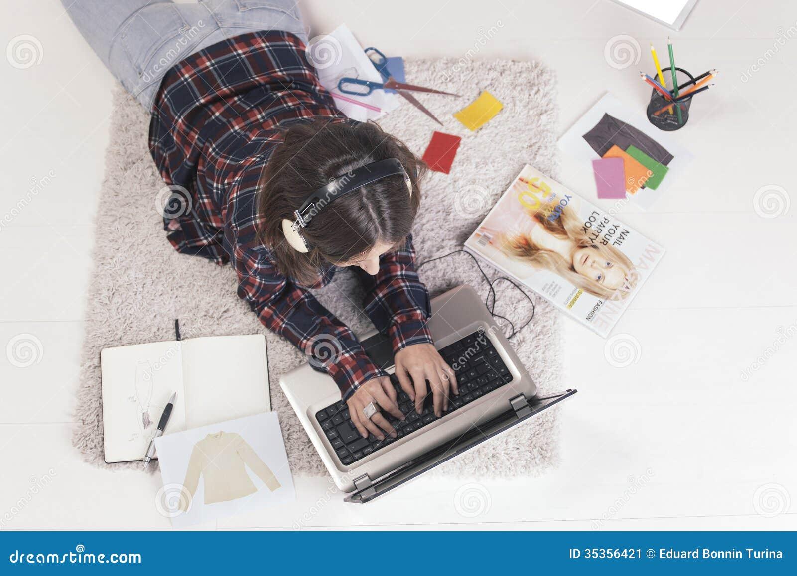 Femme occasionnelle de blogger travaillant avec l ordinateur portable dans son bureau de mode.