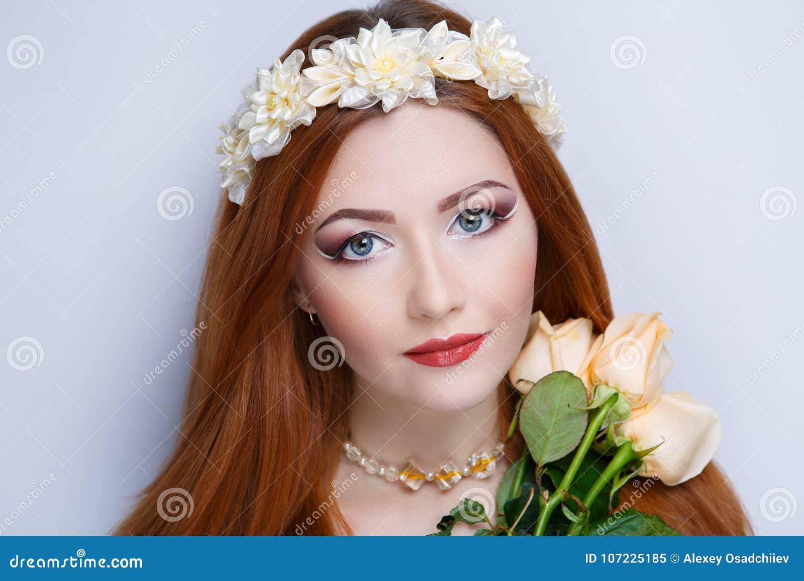 Femme orange de cheveux