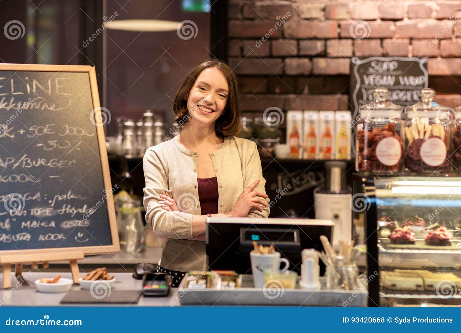 Femme ou barmaid heureuse au compteur de café