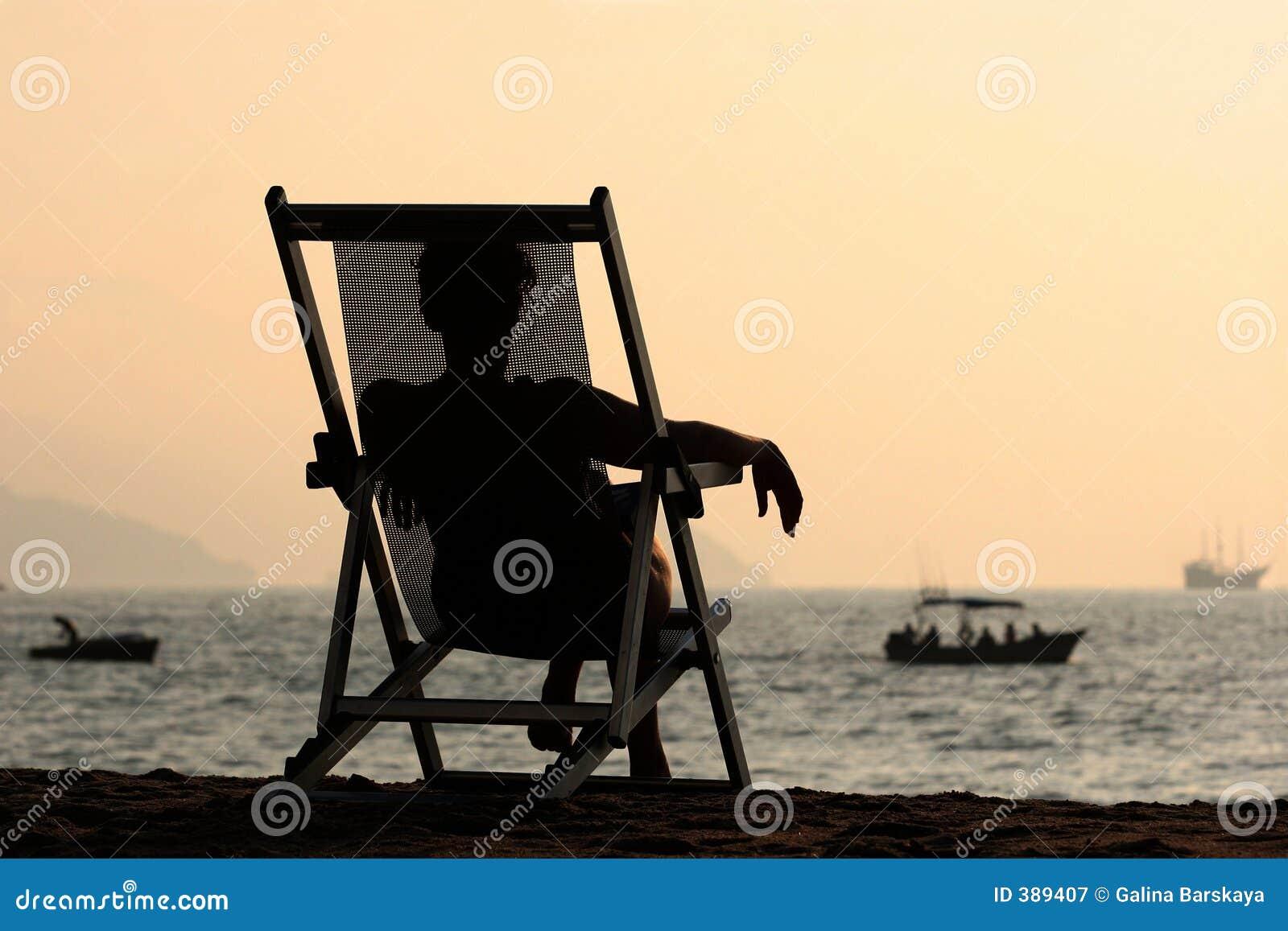 Femme par l océan