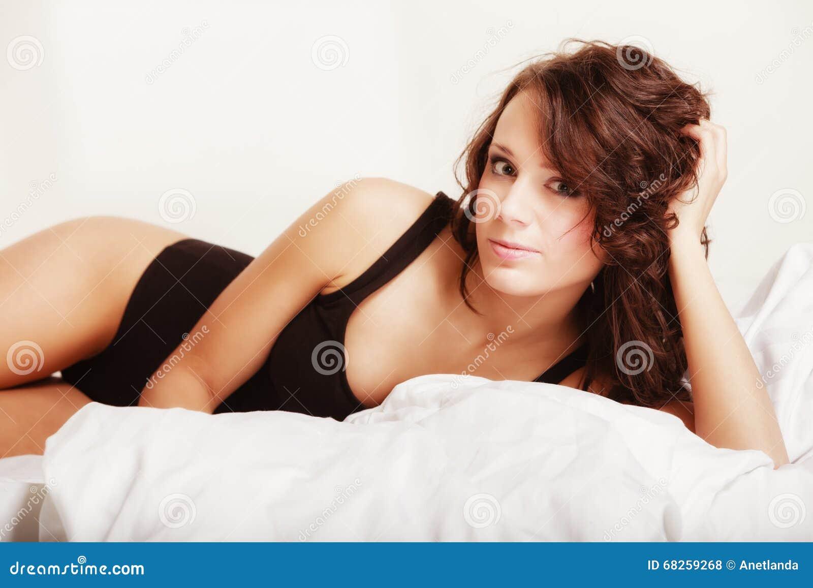 femme paresseuse de fille sexy se trouvant sur le lit dans la chambre coucher photo stock. Black Bedroom Furniture Sets. Home Design Ideas