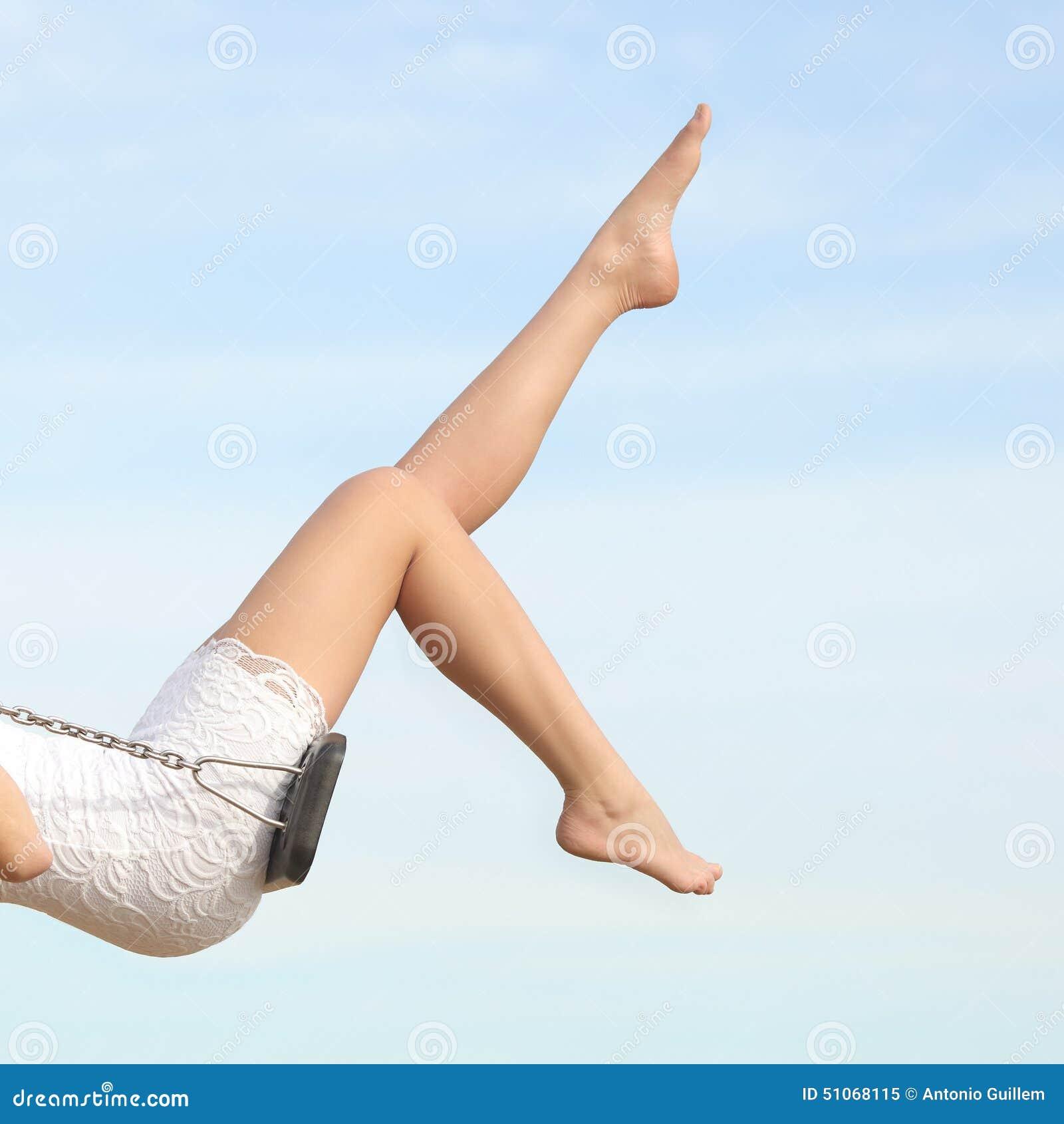 Femme parfaite cirant l oscillation de jambes d épilation