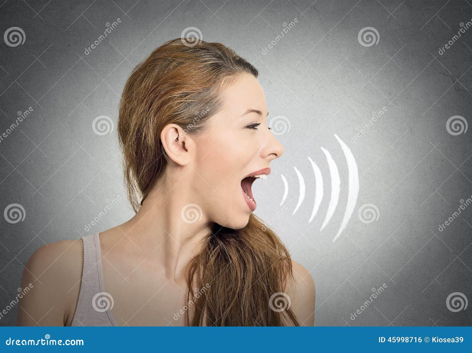 Femme parlant avec les ondes sonores sortant de la bouche photo stock image du nouvelles - La femme a la bouche fendue ...