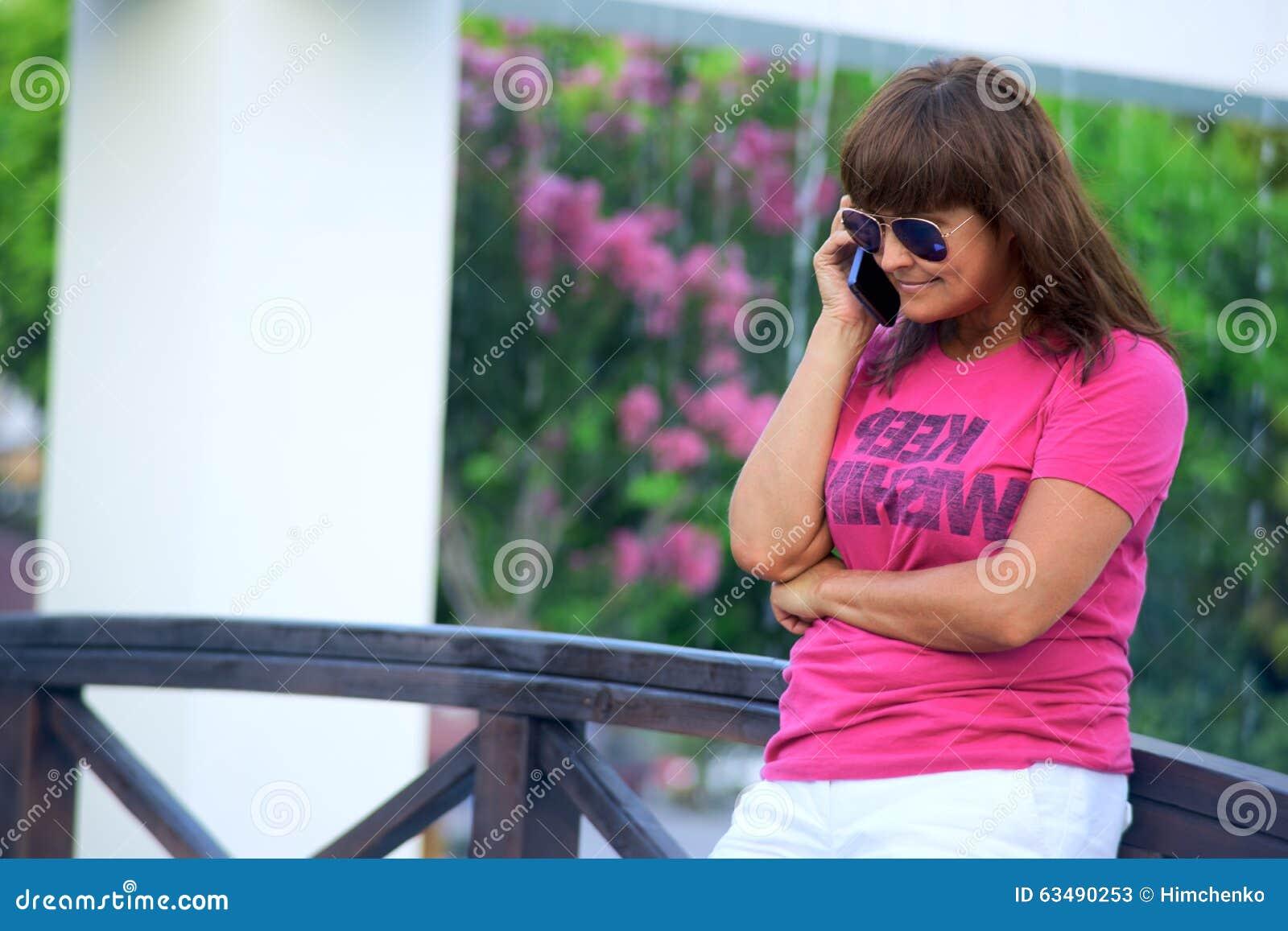 Femme parlant sur le téléphone portable