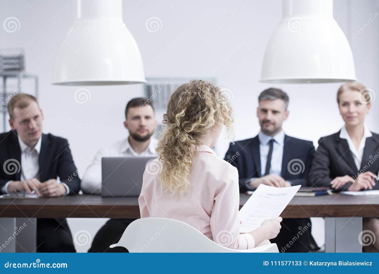 Femme pendant l entrevue d emploi