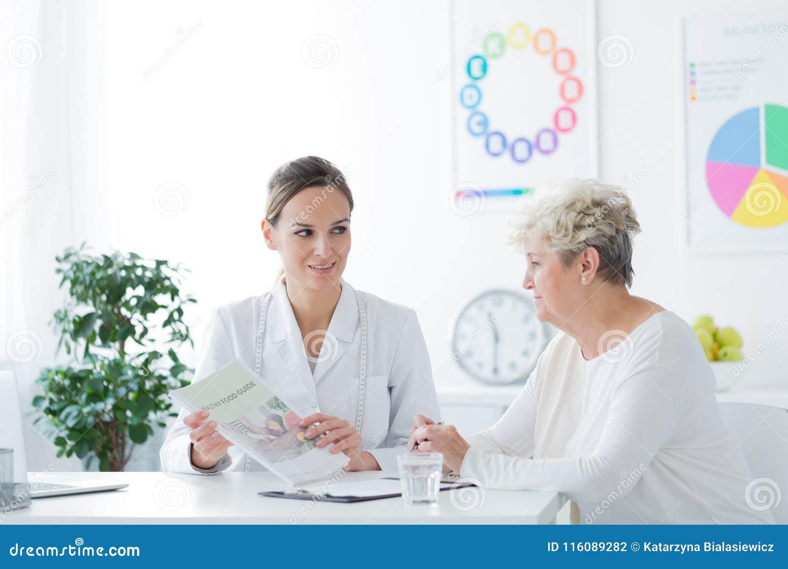 Femme pendant l entrevue médicale