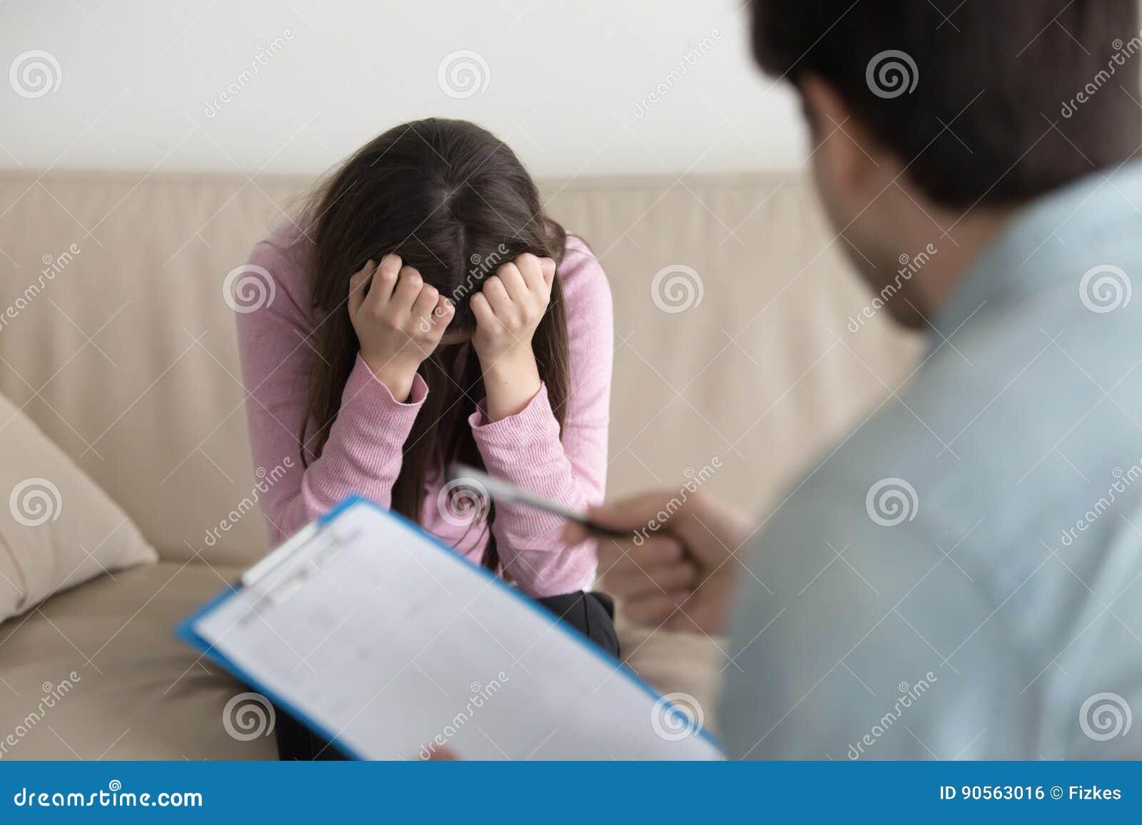 Femme pleurante déprimée s asseyant avec sa tête vers le bas, psychologue