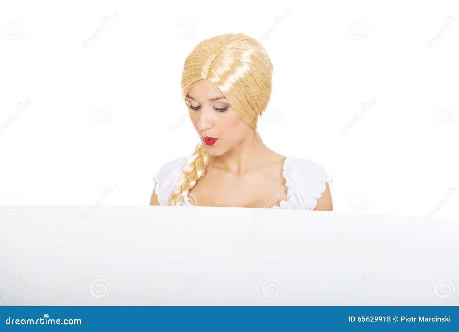Femme portant la robe bavaroise tenant la bannière vide