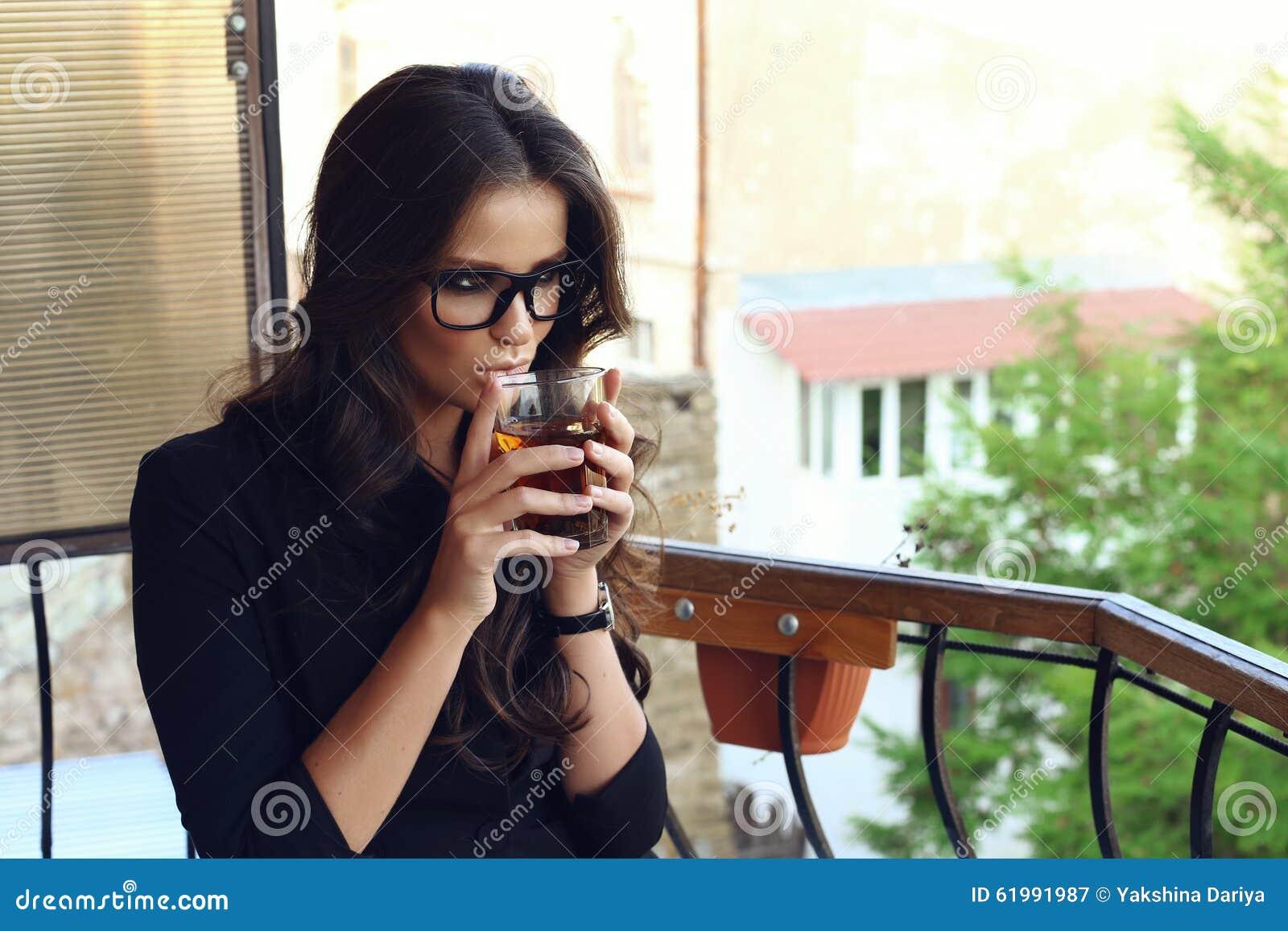 Façonnez la photo de la belle femme sexy d affaires avec les cheveux  bouclés foncés utilisant la veste noire, montre, verres et se reposant au  café, ... aa003cb20d89