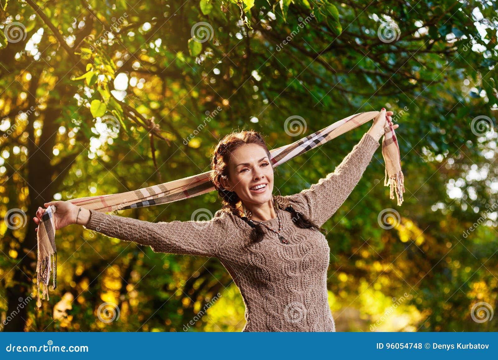 Femme posant avec l écharpe