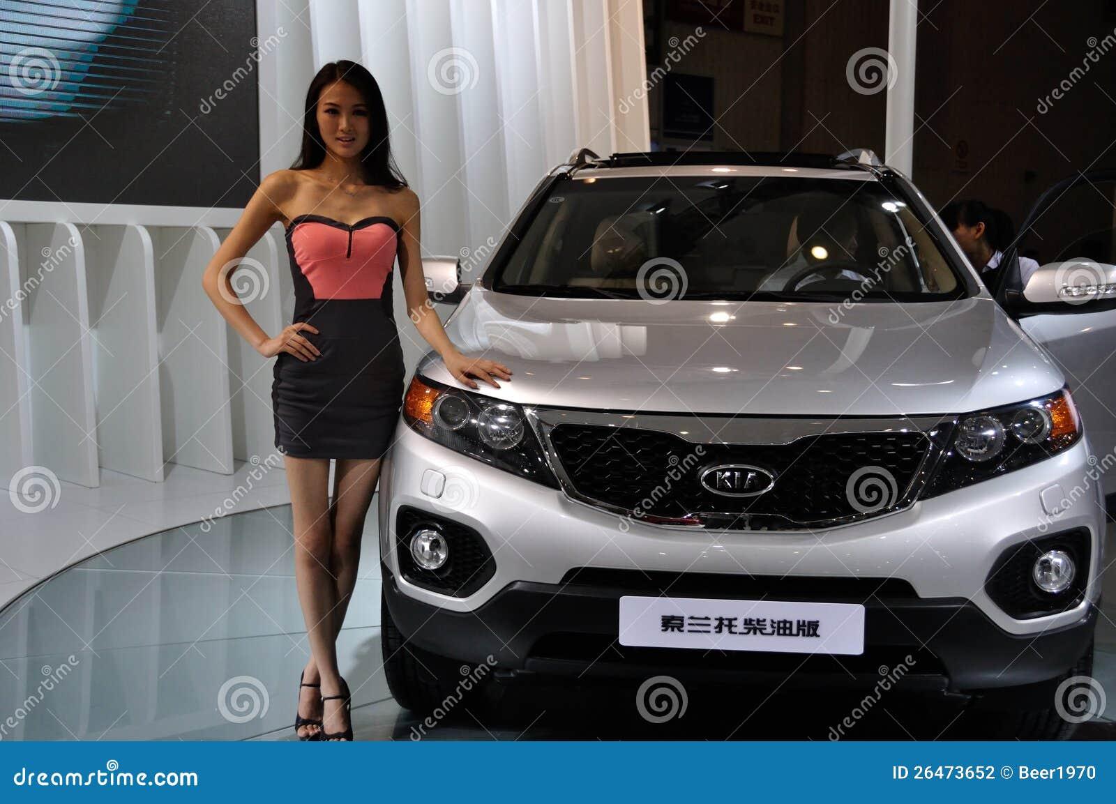 Femme posant pr s du v hicule au salon de l 39 automobile de for Salon de l audio