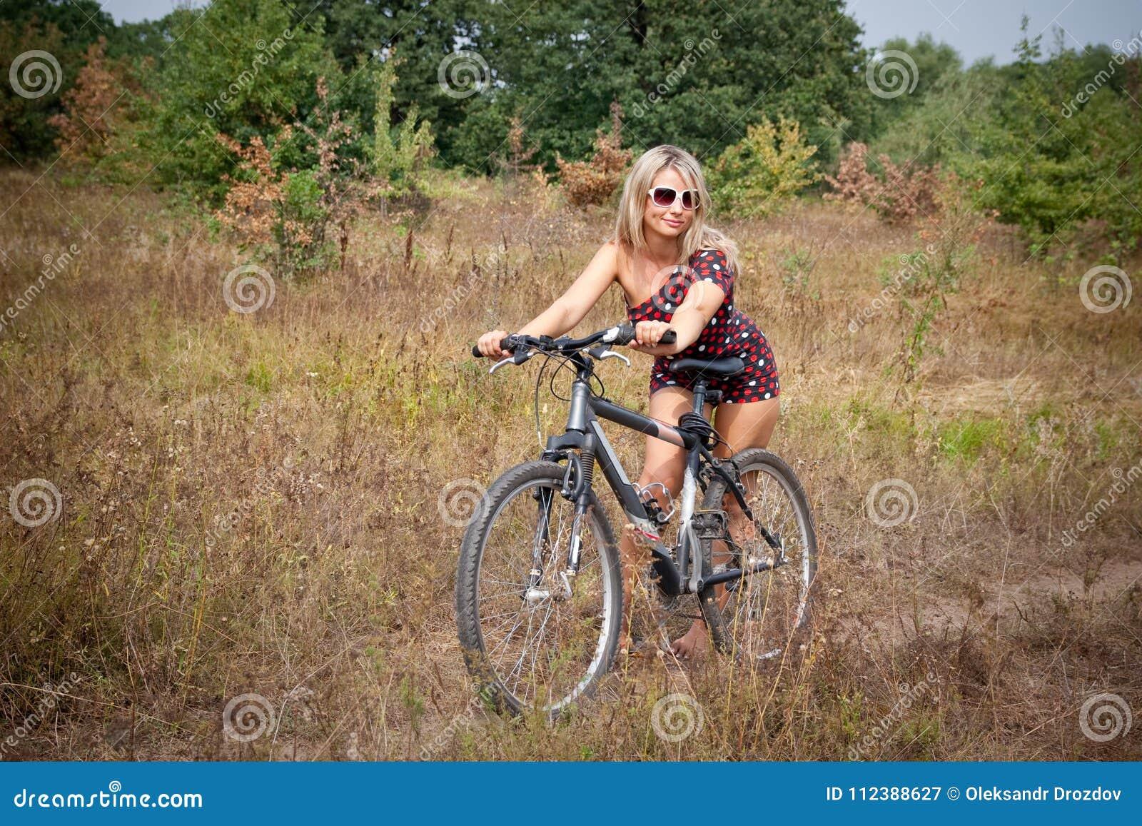 Femme posant sur la bicyclette