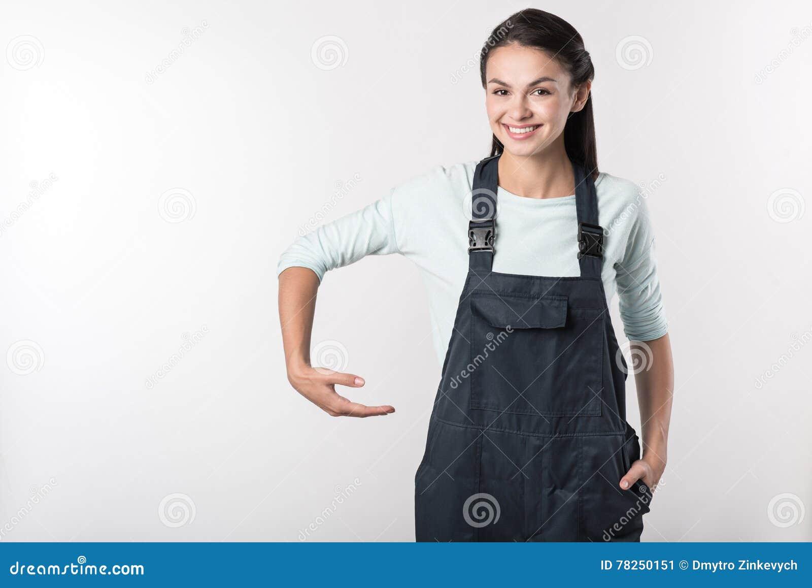 Femme positive tenant le casque