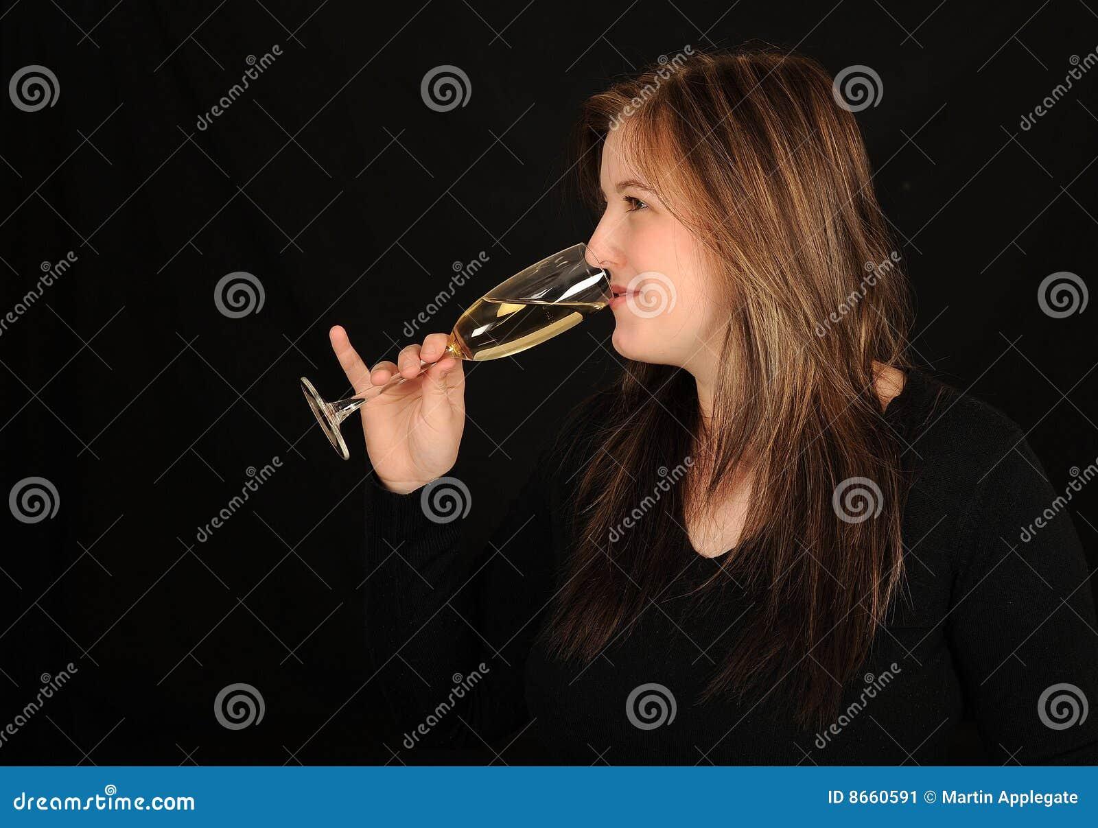 Femme potable de vin