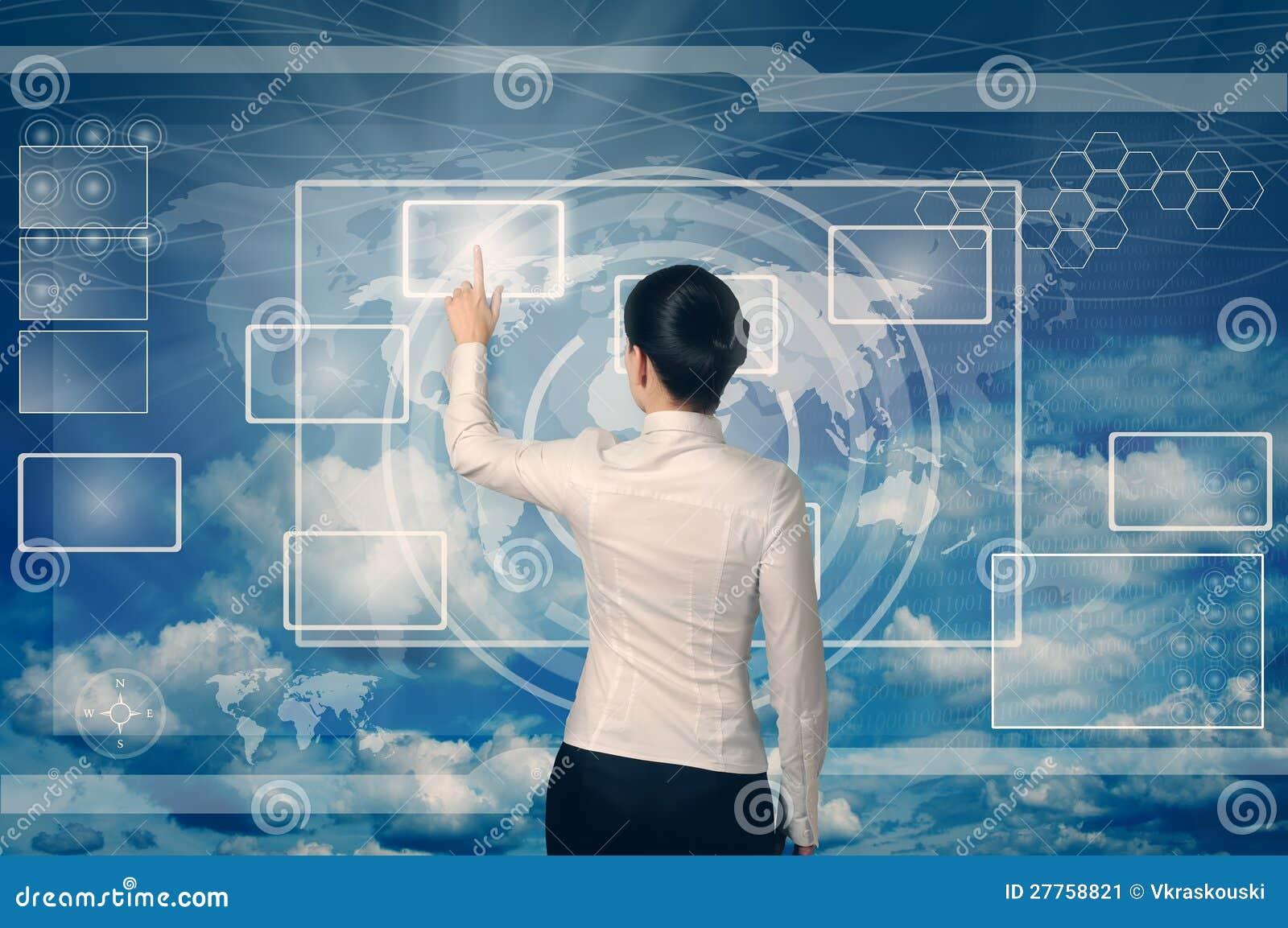 Femme poussant le bouton dans la surface adjacente de Web