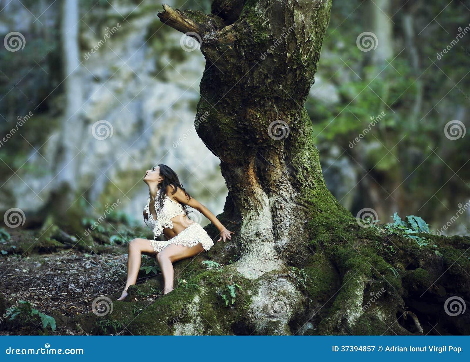Femme près de tronc d arbre géant en bois